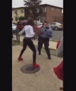 Batalla balie callejero entre policía y adolescente