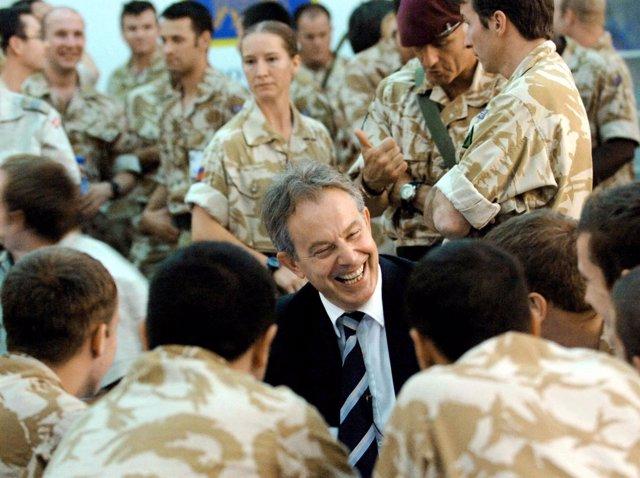 Tony Blair visita a las tropas británicas en Irak en 2007