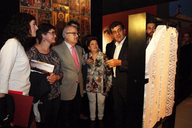 Asencio, tercero por la izquierda, durante la inauguración de la muestra