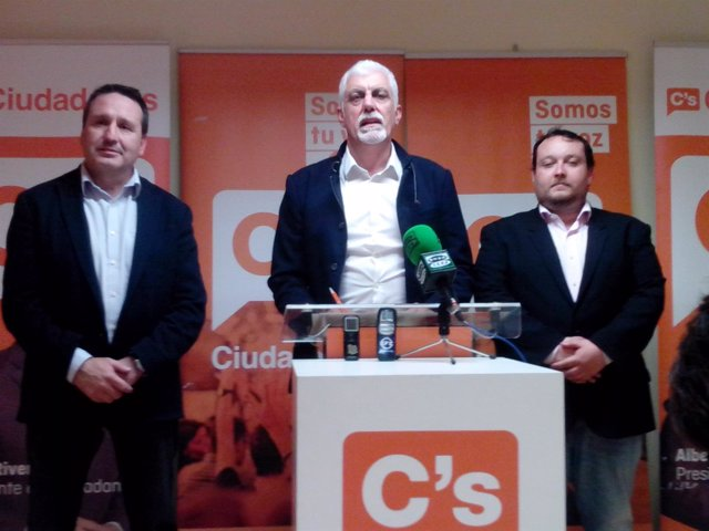 Jesús Calleja, nuevo coordinador de C's Cantabria, con Gómez y Carrancio