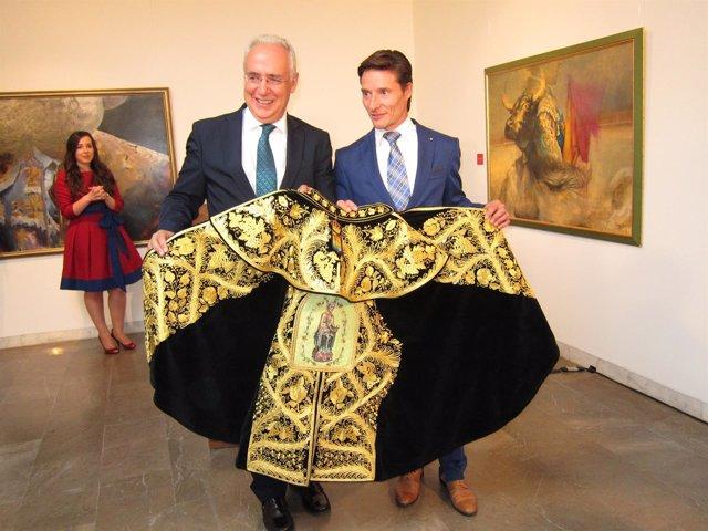 Ceniceros entrega el Capote de Paseo 2014 a Diego Urdiales