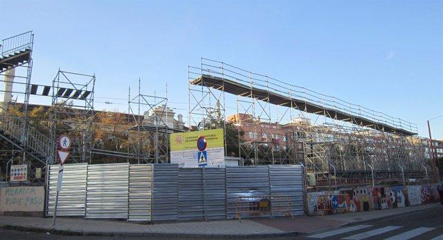 Construcción de la pasarela provisional sobre el paso a nivel de Pilarica