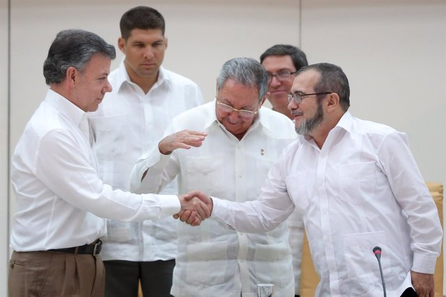 Histórico apretón de manos de Santos y Timochenko en La Habana