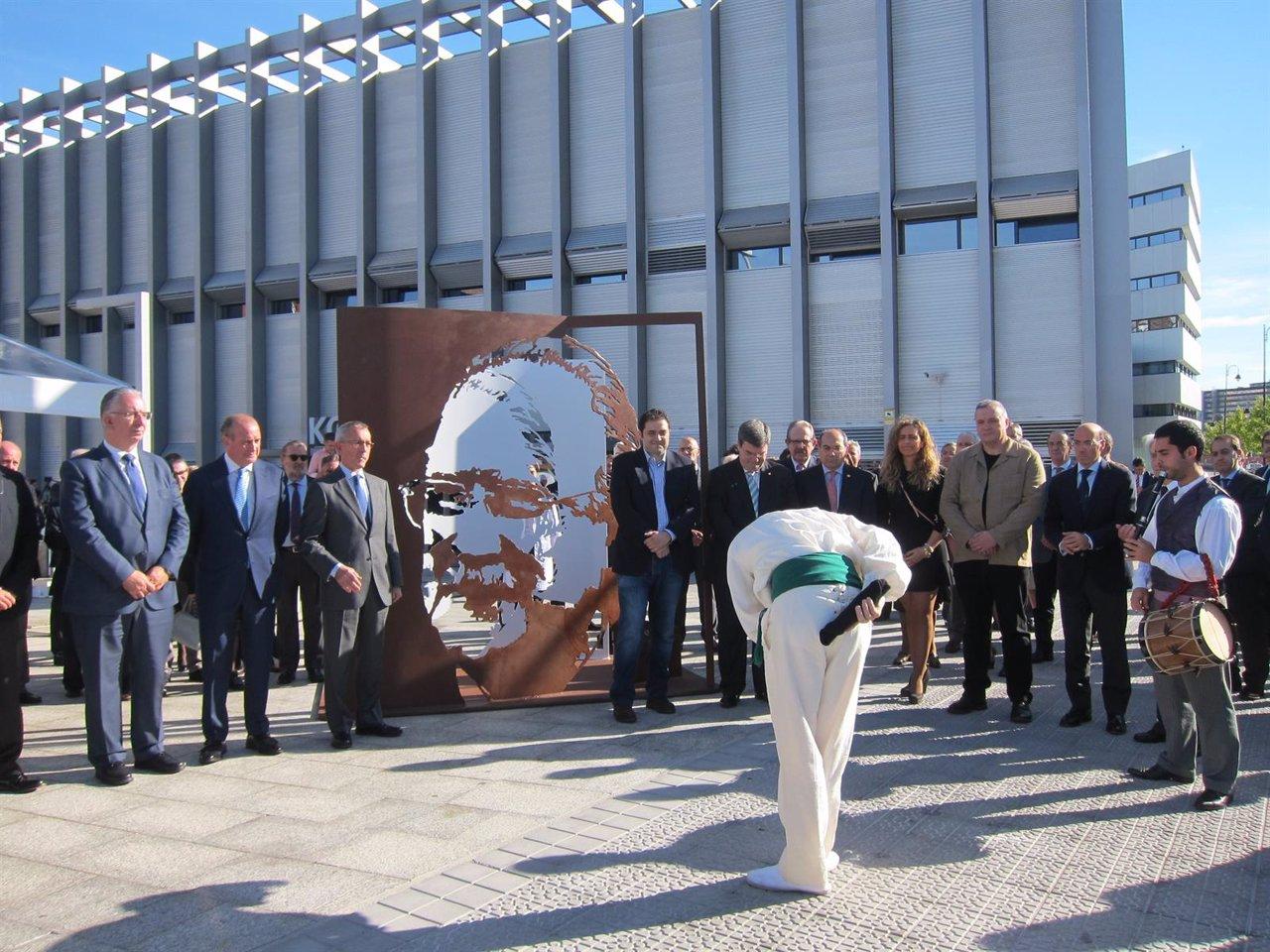 IMQ rinde homenaje a Iñaki Azkuna con una escultura en Zorrotzaurre