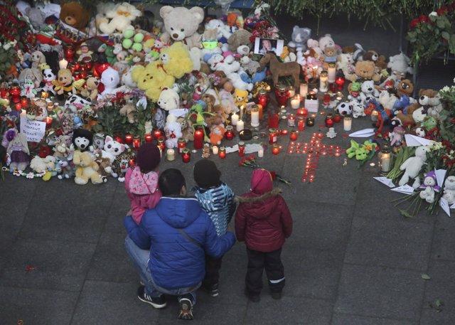 Ofrenda en el aeropuerto de San Petersburgo a las víctimas del accidente aéreo
