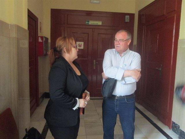 Estrella Cerezuela y Francisco Cañas, a las puertas de la Audiencia