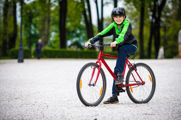 Niños conductores de bicicletas