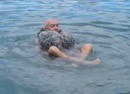 ¿Cómo sobrevivir a un naufragio? Enseñan cómo hacer un salvavidas con unos pantalones