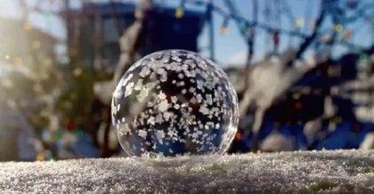 Fascinante vídeo captura la magia de una burbuja de jabón congelada