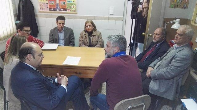 El presidente del PP en Granada reunido con un grupo de padres de alumnos.