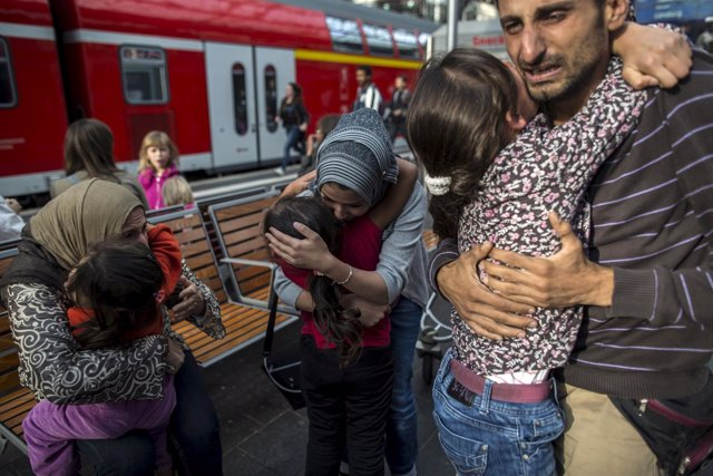 Refugiados sirios se abrazan tras reencontrarse con su familia
