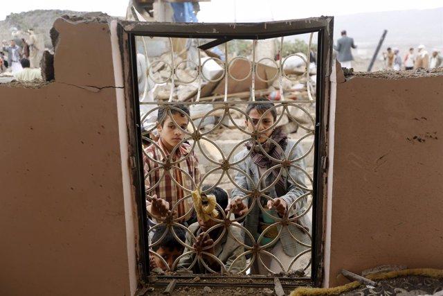 Niños en una casa dañada por un bombardeo en Yemen