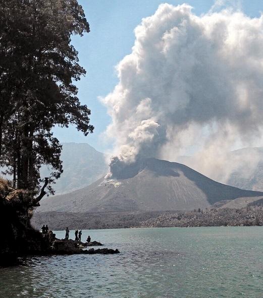 Volcán en indonesia en Erupción