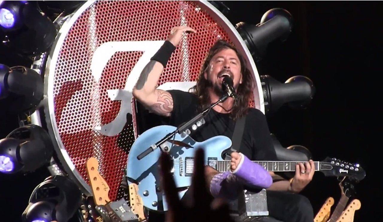 Dave Grohl (Foo Fighters) regresa a los escenarios en un trono