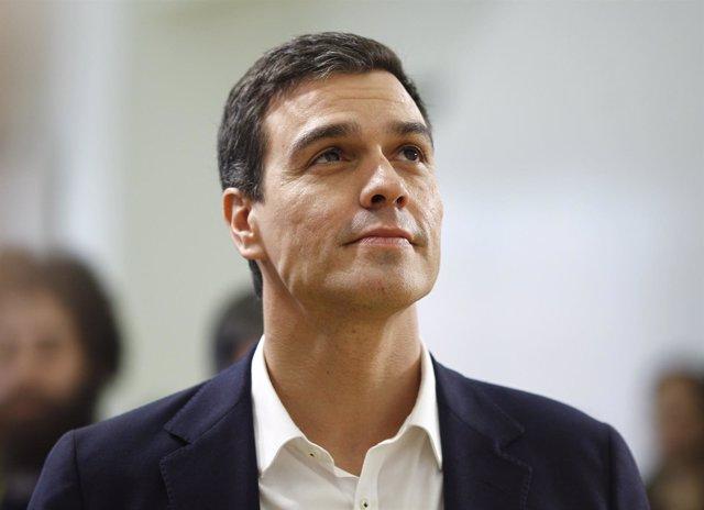 Pedro Sánchez mirando al cielo
