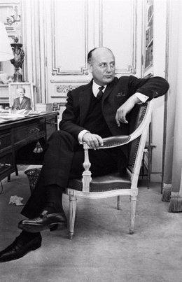 Pierre Balmain sentado