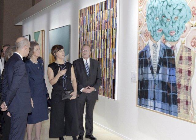 La Reina Sofía mirando la obra ganadora