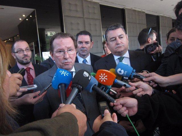 El consejero de Justicia atiende a los periodistas