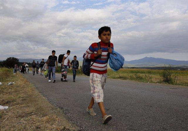 Un niño refugiado camina hacia la frontera de Grecia con Macedonia
