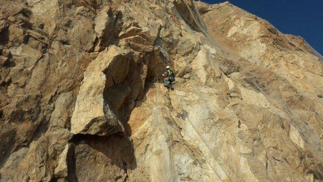Un alpinista comprueba el estado de la roca en El Cañarete