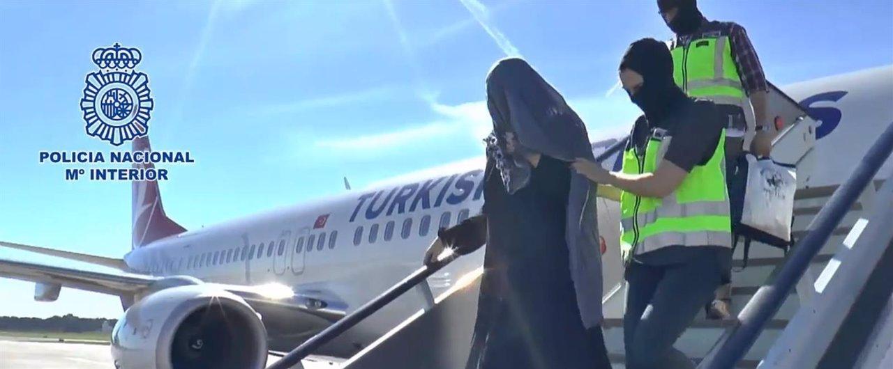 Detenida en el aeropuerto de Málaga una mujer vinculada a DAESH