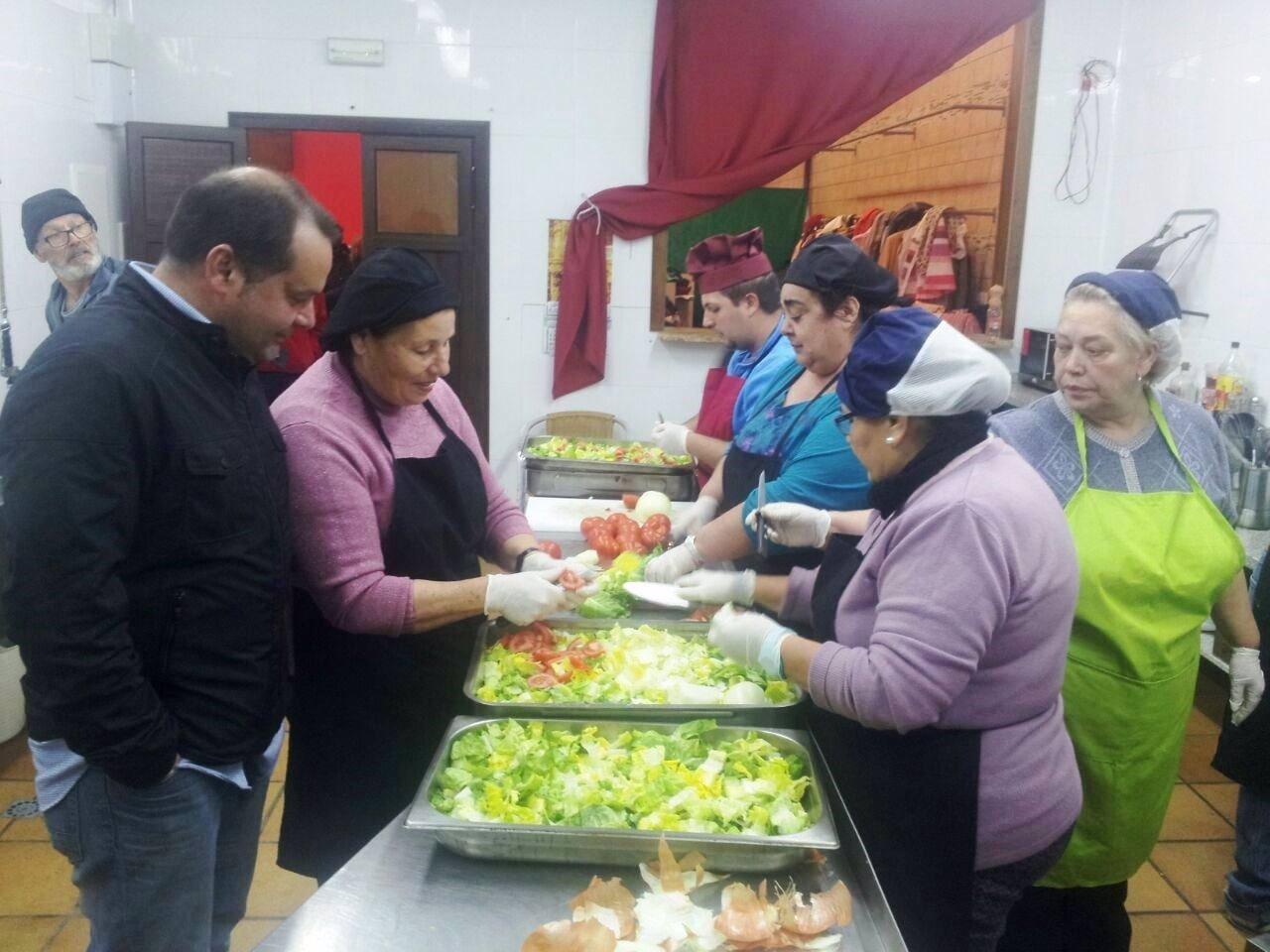 Sánchez Rufo visita un comedor social en Mazagón.