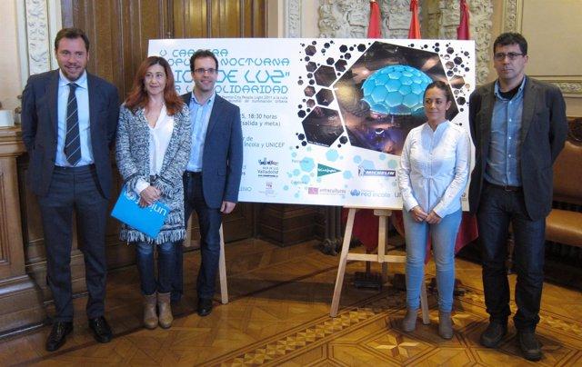 El alcalde y Alberto Bustos junto a representantes de las ONG
