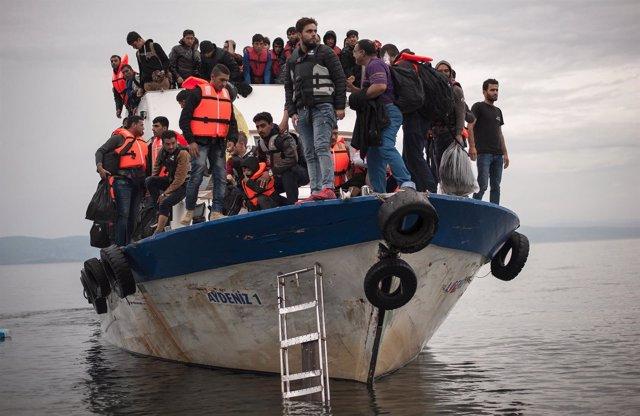 Refugiados llegan a Lesbos a bordo de un pesquero turco