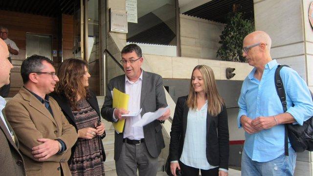 Miembros de Compromís y Podemos antes de firmar el acuerdo