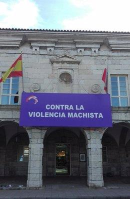 Pancarta contra la violencia machista en la fachada principal