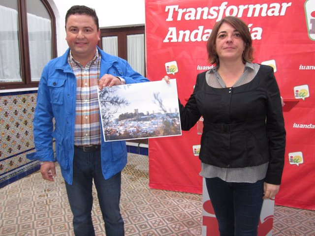 García y Cortés muestran una imagen del castillo, situado sobre Montemayor