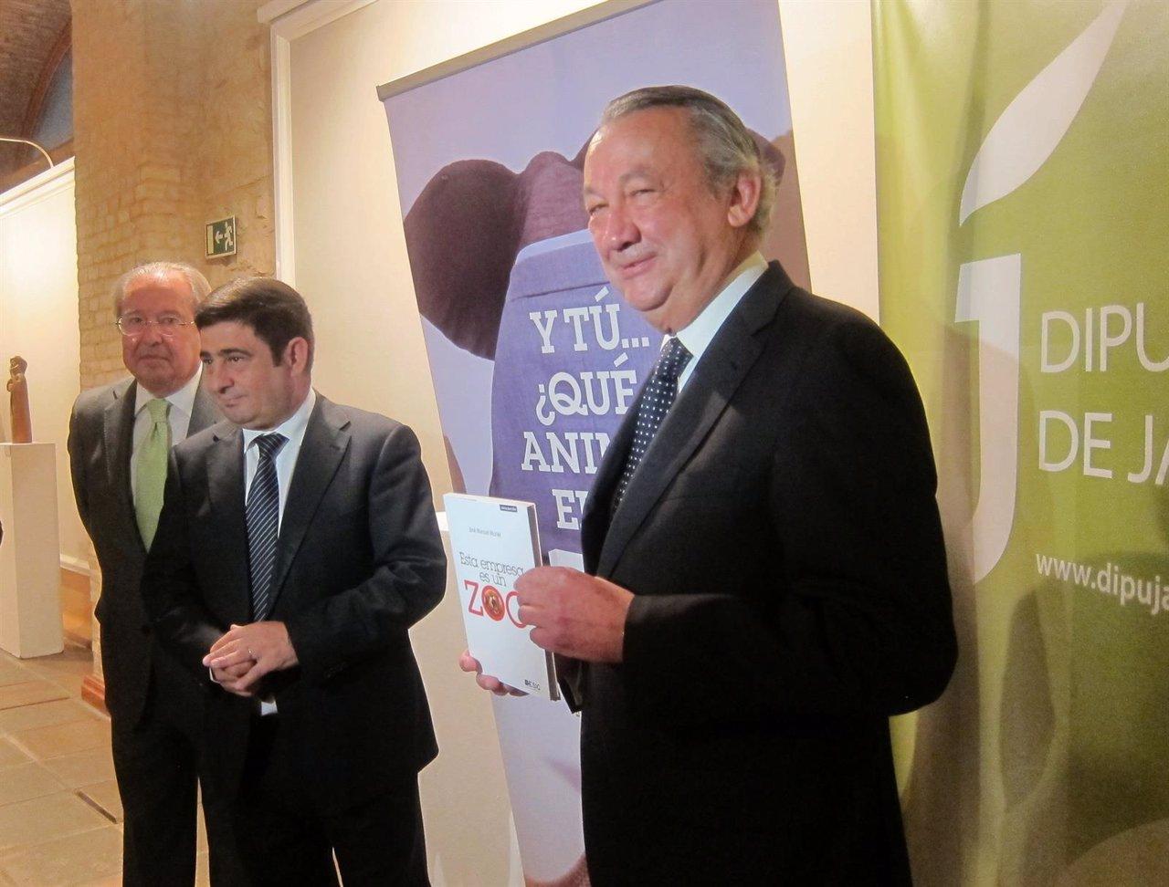 Muriel (d), junto a Acisclo y Reyes, en la presentación de su nuevo libro.