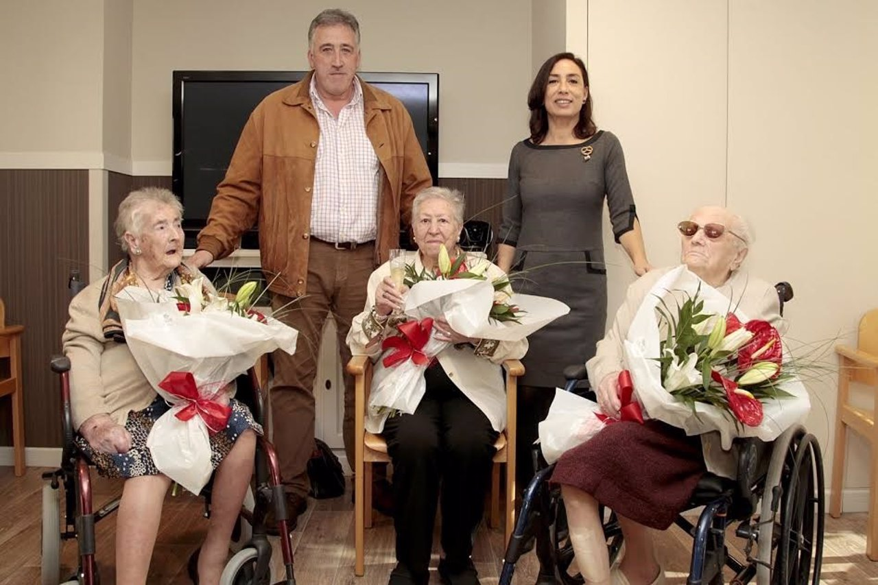 El alcalde con las centenarias.