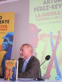 El escritor Arturo Pérez Reverte