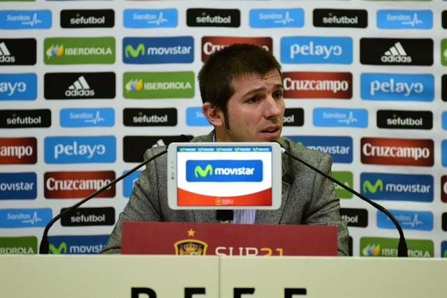 Albert Celades,  en  la rueda de prensa con los medios