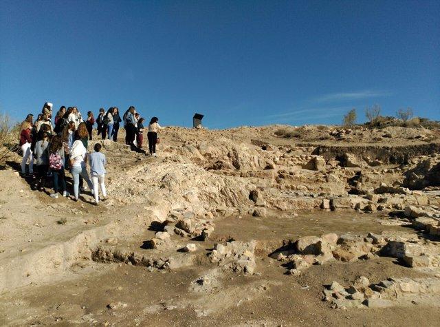 Visita de estudiantes de Secundaria al yacimiento de Puente Tablas