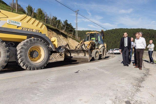 El consejero de Obras Públicas en la carretera de acceso a Nates