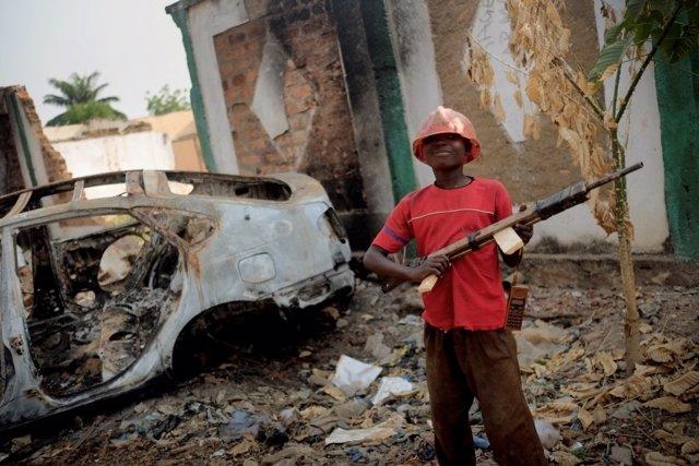Un niño con un fusil de juguete en Bangui.