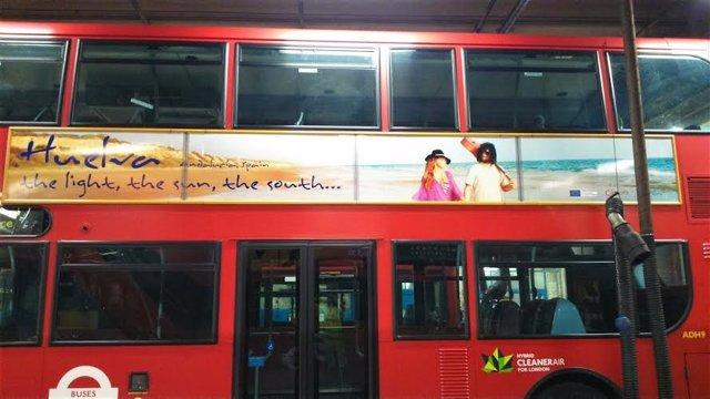 Autobuses londineses con la imagen de Huelva.