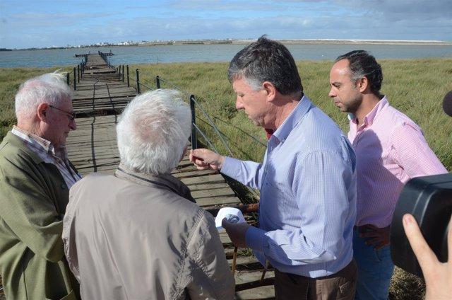 El alcalde de Palos de la Fra, Carmelo Romero, visita un muelle a restaurar.