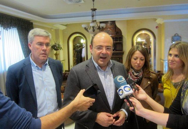 Pérez atiende a los periodistas junto a Fernández de Moya, Navarro y Mestre.