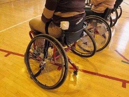 Cinco pacientes con parálisis consiguen mover las piernas con implantes electrónicos