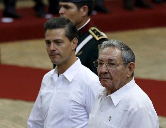 Mexico's President Enrique Pena Nieto and Cuba's President Raul Castro review th