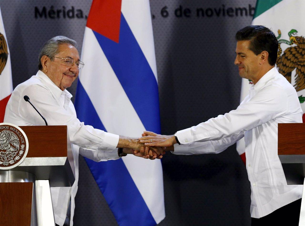 Los presidentes de Cuba, Raúl Castro, y México, Enrique Peña Nieto