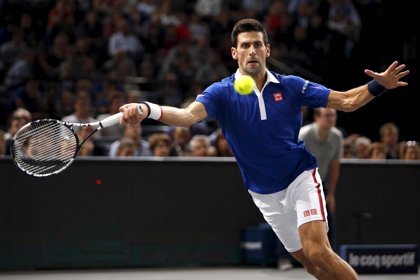 Un Djokovic insaciable accede a semifinales en París tras derrumbar a Berdych