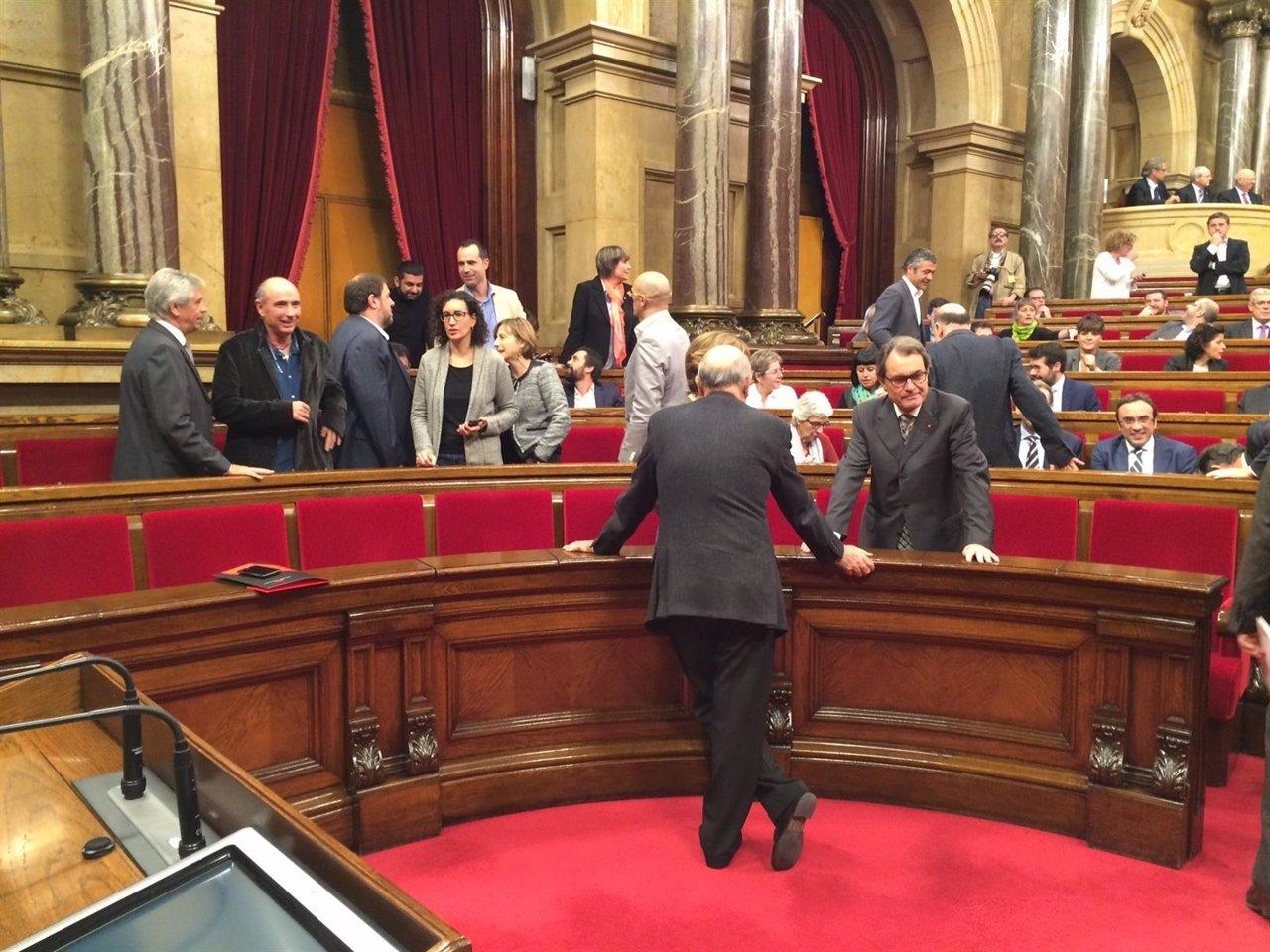 Diputados de Junts pel sí en el Parlament, con Artur Mas