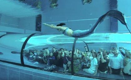 Una sirena de la vida real cautiva Facebook nadando en la piscina más profunda