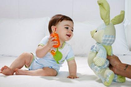 La coordinación manual del bebé: 6 ejercicios para coger y soltar
