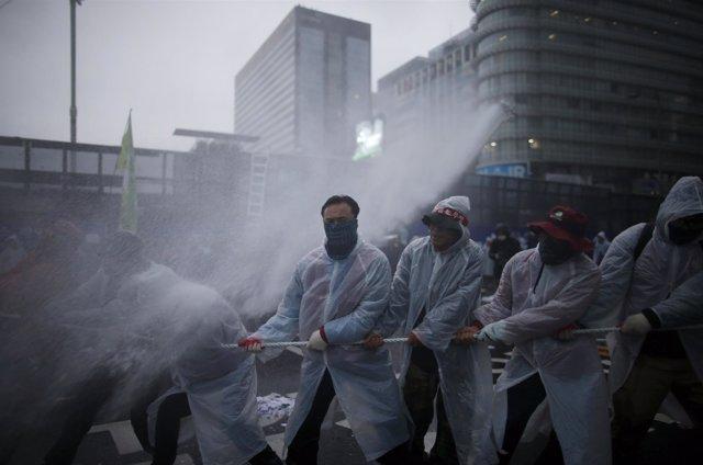 Agua mezclada con gas lacrimógeno es lanzada por el cañón de agua policial