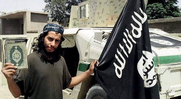Gente rezando en el restaurante Le Carillon, atacado por los yihadistas en París